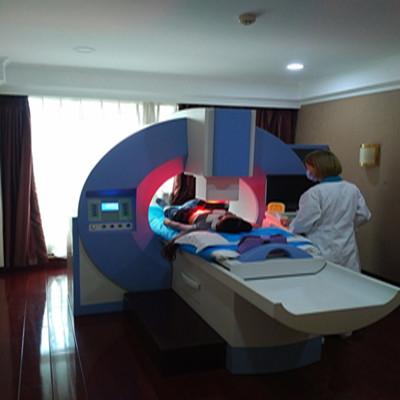 治疗室护士正在操作深部热疗治疗_wps图片